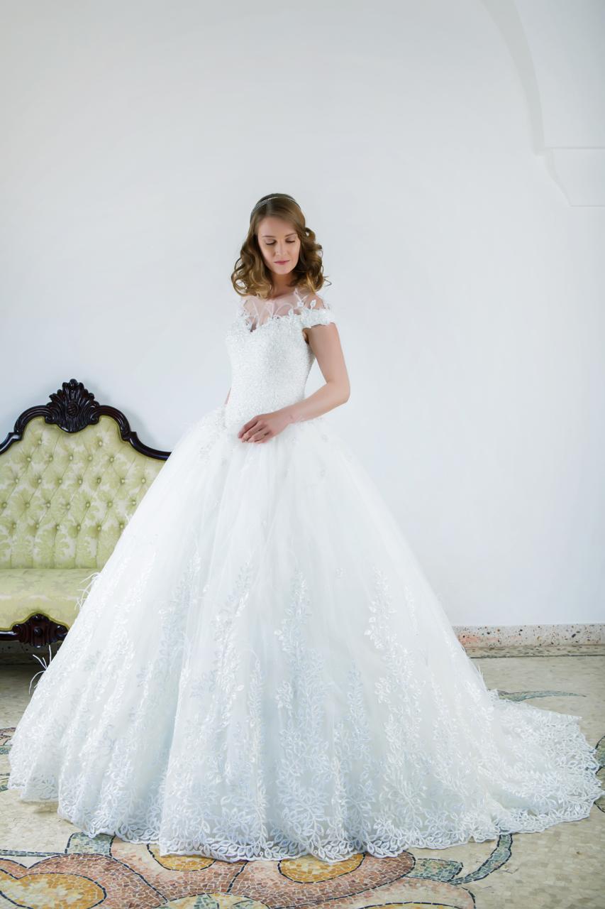 ampio abito da sposa in pizzo